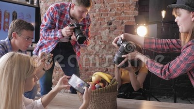 Η φωτογραφία με χόμπι, επαγγελματίας φωτογράφος διεξάγει μια τάξη για την φωτογράφιση φαγητού για δημιουργικούς ανθρώπους στο φιλμ μικρού μήκους