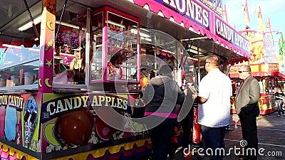 Θάλαμος μήλων καραμελών στις διασκεδάσεις καρναβάλι ακτών φιλμ μικρού μήκους
