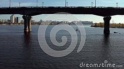 Θέα στην ηλιόλουστη πόλη με γέφυρες πάνω από τον ποταμό απόθεμα βίντεο