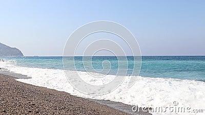 Θαλάσσια κύματα στην παραλία Αντάλια, Μεσόγειο, Τουρκία απόθεμα βίντεο