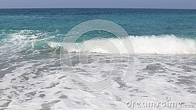 Θαλάσσια κύματα στην παραλία της Μεσογείου απόθεμα βίντεο
