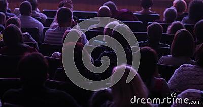 Θεατές που προσέχουν την οργάνωση στη συνεδρίαση σκηνής θεάτρων στην αίθουσα ακροατηρίων, πίσω άποψη απόθεμα βίντεο
