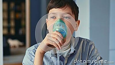 Θεραπεία του άσθματος, το αγόρι εισπνέει µέσω εισπνοής Στέκομαι στην κουζίνα φιλμ μικρού μήκους