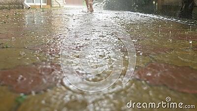 Θερινή βροχή Πόδια που οργανώνονται γυμνά μέσω της λακκούβας Θερμή βροχή raindrops o απόθεμα βίντεο
