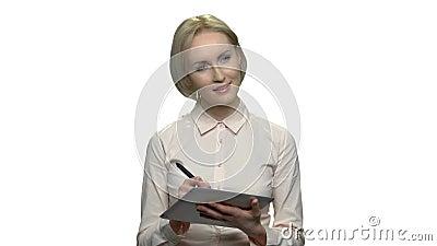 Θηλυκός γραφικός σχεδιαστής που εργάζεται στη συσκευή ταμπλετών απόθεμα βίντεο