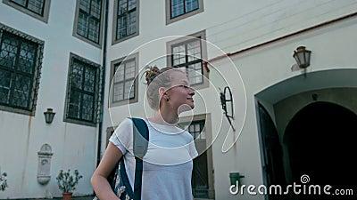 Θηλυκός τουρίστας κυρία Watches στο προαύλιο στο Castle στη Δημοκρατία της Τσεχίας απόθεμα βίντεο