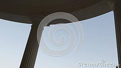 Θόλος και στήλες ενός στρογγυλού κτιρίου στον ουρανό φιλμ μικρού μήκους