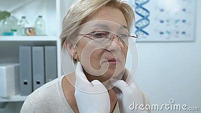 Ιατρός έλεγχος ηλικιωμένων λεμφαδένων ασθενών, έλεγχος υγείας στηθάγχης απόθεμα βίντεο