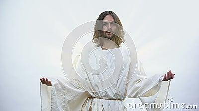 Ιερός προφήτης που αυξάνει τα χέρια στο λαμπρό υπόβαθρο, που ευλογεί τους Χριστιανούς, θρησκεία φιλμ μικρού μήκους