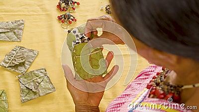 Ιθαγενής Γυναίκα Που Παρουσιάζει Χειροτεχνία Σε Φάκελο Φύλλου φιλμ μικρού μήκους