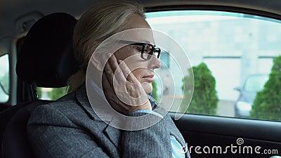 Κάθονται σε γυναίκα αυτοκινήτου και νιώθουν οξύ πόνο, φλεγμονή του εσωτερικού αυτιού, τύμπανο απόθεμα βίντεο