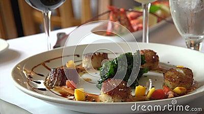 Κάνετε πανοραμική λήψη προς τα κάτω σε ένα συμπαθητικό γεύμα θαλασσινών φιλμ μικρού μήκους