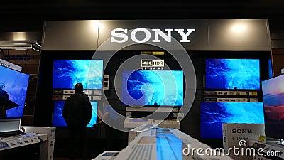 Κίνηση καταστηματάρχη που αναζητά νέα τηλεόραση για να αγοράσει από το εσωτερικό κατάστημα απόθεμα βίντεο