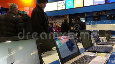 Κίνηση καταστηματάρχη που ελέγχει τον νέο υπολογιστή για να αγοράσει μέσα στο κατάστημα απόθεμα βίντεο