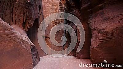 Κίνηση σε φαράγγι με κυματιστούς και λείους μονολιθικούς τοίχους ροκ με κόκκινο φωτεινό κόκκινο φιλμ μικρού μήκους
