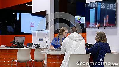 Κίνηση του καταστηματάρχη για τη διόρθωση της τιμής του υπολογιστή στο κατάστημα απόθεμα βίντεο