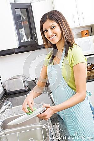 καθαρίζοντας πιάτα