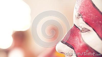Καλλιτέχνης Makeup που σκουπίζει το πρόσωπο του προτύπου απόθεμα βίντεο