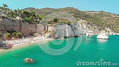 Καλοκαιρινός τουριστικός προορισμός στην Puglia της Ιταλίας: Faraglioni di Puglia Baia delle Zagare - Σχηματισμός βράχων παραλιών απόθεμα βίντεο