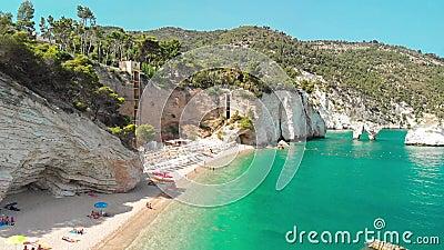 Καλοκαιρινός τουριστικός προορισμός στην Puglia της Ιταλίας: Faraglioni di Puglia Baia delle Zagare - Σχηματισμός βράχων παραλιών φιλμ μικρού μήκους