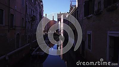 Κανάλι στη Βενετία με σκάφη και γέφυρες φιλμ μικρού μήκους