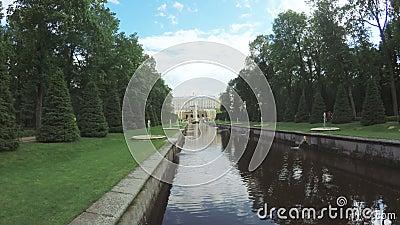 Κανάλι με την πηγή σε Peterhof απόθεμα βίντεο
