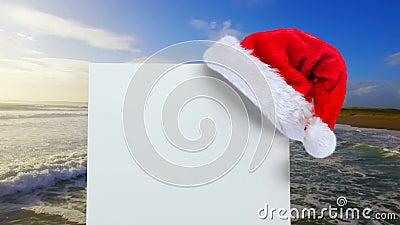 Καπέλο Santa με την άσπρες κάρτα και τη θάλασσα απόθεμα βίντεο