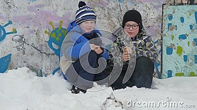 Καπνός χειμερινών φωτιών Χειμερινή πυρκαγιά Δύο μικρά αγόρια κάθονται να καθίσουν οκλαδόν και προσέχουν το έγκαυμα καπνού firecra φιλμ μικρού μήκους