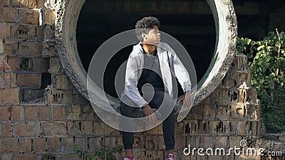 Καταθλιπτική μαύρη έφηβη σκέφτεται οικογενειακό πρόβλημα, απογοήτευση νεαρής ηλικίας απόθεμα βίντεο