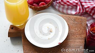 Κατανάλωση της φρυγανιάς με τη μαρμελάδα φιλμ μικρού μήκους