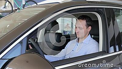 Καταναλωτής που δίνει αντίχειρας-επάνω, κλειδιά αυτοκινήτων στα χέρια των ατόμων, αρσενικό απόλαυσης, απόθεμα βίντεο