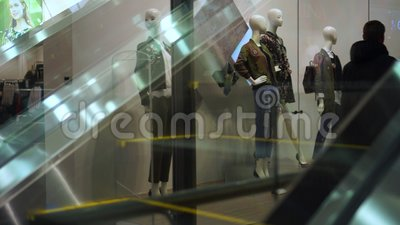 Καταναλωτής στις κυλιόμενες σκάλες στη λεωφόρο αγορών απόθεμα βίντεο