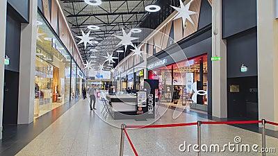 Καταστήματα διακοσμημένα για τα Χριστούγεννα και τα περίπατα απόθεμα βίντεο