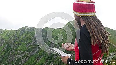 Κατεύθυνση αναζήτησης ταξιδιώτη με πυξίδα και χάρτινο χάρτη απόθεμα βίντεο