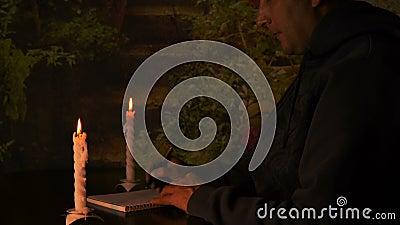 Καυκάσια συνεδρίαση επιχειρηματιών ή σπουδαστών ατόμων στον πίνακα τη νύχτα Το φως ιστιοφόρου φωτίζει το σημειωματάριο Το άτομο γ απόθεμα βίντεο