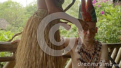 Καυκάσιος ενήλικας άνδρας ντυμένος ιθαγενής που έχει στεφθεί απόθεμα βίντεο