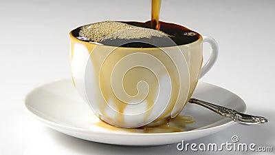 Καφές που ξεχειλίζει το φλυτζάνι απόθεμα βίντεο