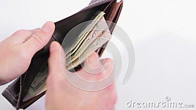 Καφετί πορτοφόλι στο άσπρο υπόβαθρο Το άτομο εξιστορεί τα μετρητά από το πορτοφόλι και παίρνει όλων κλείστε επάνω απόθεμα βίντεο