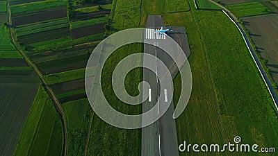 Κηφήνας πυροβολισμού στο αεροπλάνο στις στροφές διαδρόμων πράσινος τομέας και στις δύο πλευρές απόθεμα βίντεο