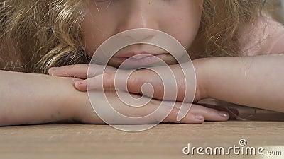Κινηματογράφηση σε πρώτο πλάνο του λυπημένου και δυστυχισμένου παιδιού, που ανησυχεί για τα προσωπικά ζητήματα, προσπάθειες απόθεμα βίντεο