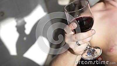 Κλείσιμο ένα ποτήρι κόκκινο κρασί στο χέρι του ανθρώπου πάρτι στην πίσω αυλή απόθεμα βίντεο