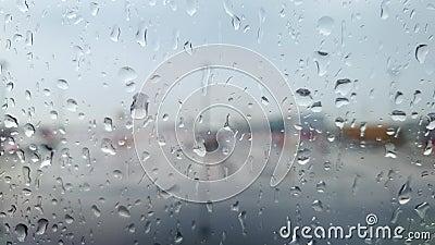Κλείσιμο βίντεο 4k μέσω πορθμού αεροπλάνου καλυμμένου με σταγονίδια νερού στο αεροδρόμιο με καταιγίδα φιλμ μικρού μήκους