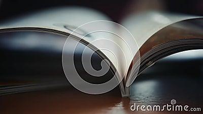 Κλείστε επάνω στις ανοικτές σελίδες βιβλίων το καθημερινό σημειωματάριο