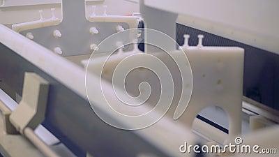 Κλείστε επάνω του ανυψωτικού εμπορευματοκιβωτίου στοιχείων μιας εργοστασίων μηχανής με τα ηλιακά κύτταρα και την κίνηση του φιλμ μικρού μήκους