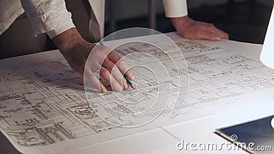 Κλείστε επάνω των χεριών του μηχανικού κάνοντας τις σημειώσεις για το σχέδιο ηλεκτρονικής ελέγχου απόθεμα βίντεο