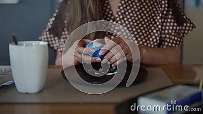 Κλείστε τα χέρια της κοπέλας καθαρίστε το μπλε πασχαλινό αυγό πάνω από τη μαύρη πλάκα φιλμ μικρού μήκους