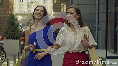 Κομψή απόλαυση γυναικών αγοραστών που ψωνίζει στο εμπορικό κέντρο απόθεμα βίντεο
