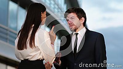Κομψός άνδρας με κοστούμι που κάνει πρόβα δημόσιας ομιλίας μπροστά στο συνάδελφό του απόθεμα βίντεο