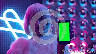 Κομψός άνθρωπος Κρατώντας ένα κινητό τηλέφωνο με την πράσινη οθόνη Mockup Display φιλμ μικρού μήκους