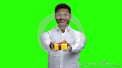 Κομψός Ινδός που δίνει δώρο κουτί απόθεμα βίντεο